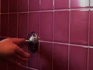 Come riparare il pulsante bloccato dello scarico del WC